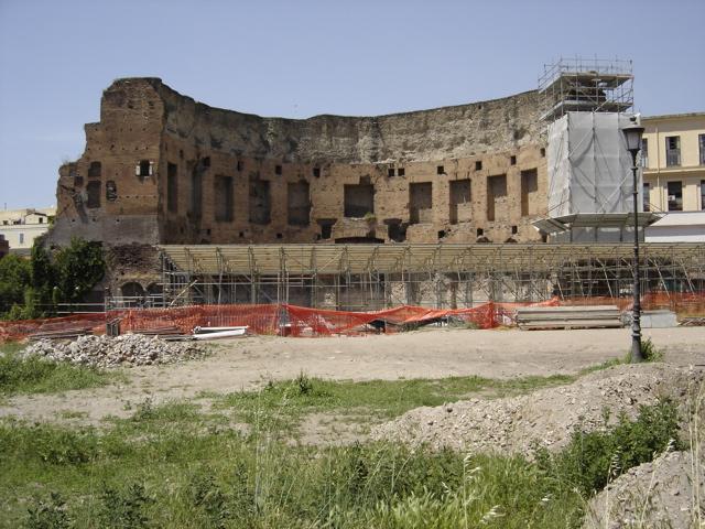 Domus Áurea de Nerón. La Domus Aurea permanece todavía debajo de las ruinas de losBaños de Trajano(aquí visible).