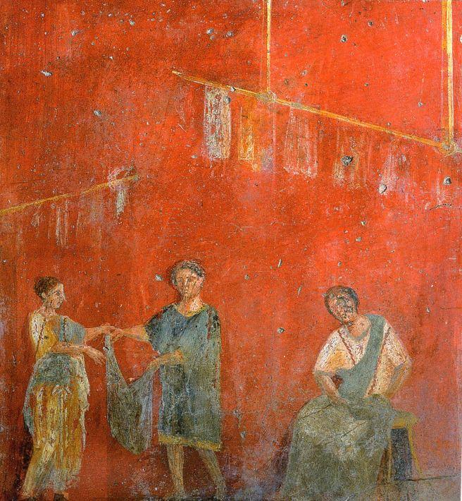 Trabajadores de la colocación de la ropa para el secado