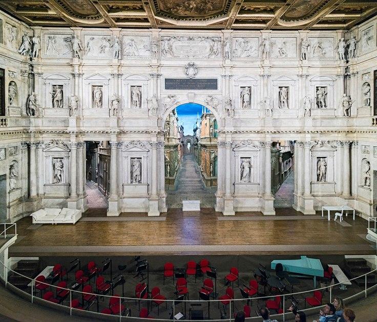 1197px-Interior_of_Teatro_Olimpico_(Vicenza)_scena_