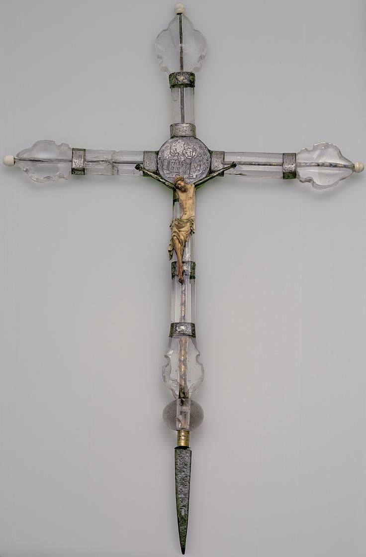 Cristo de marfil sobre una cruz de cristal de roca