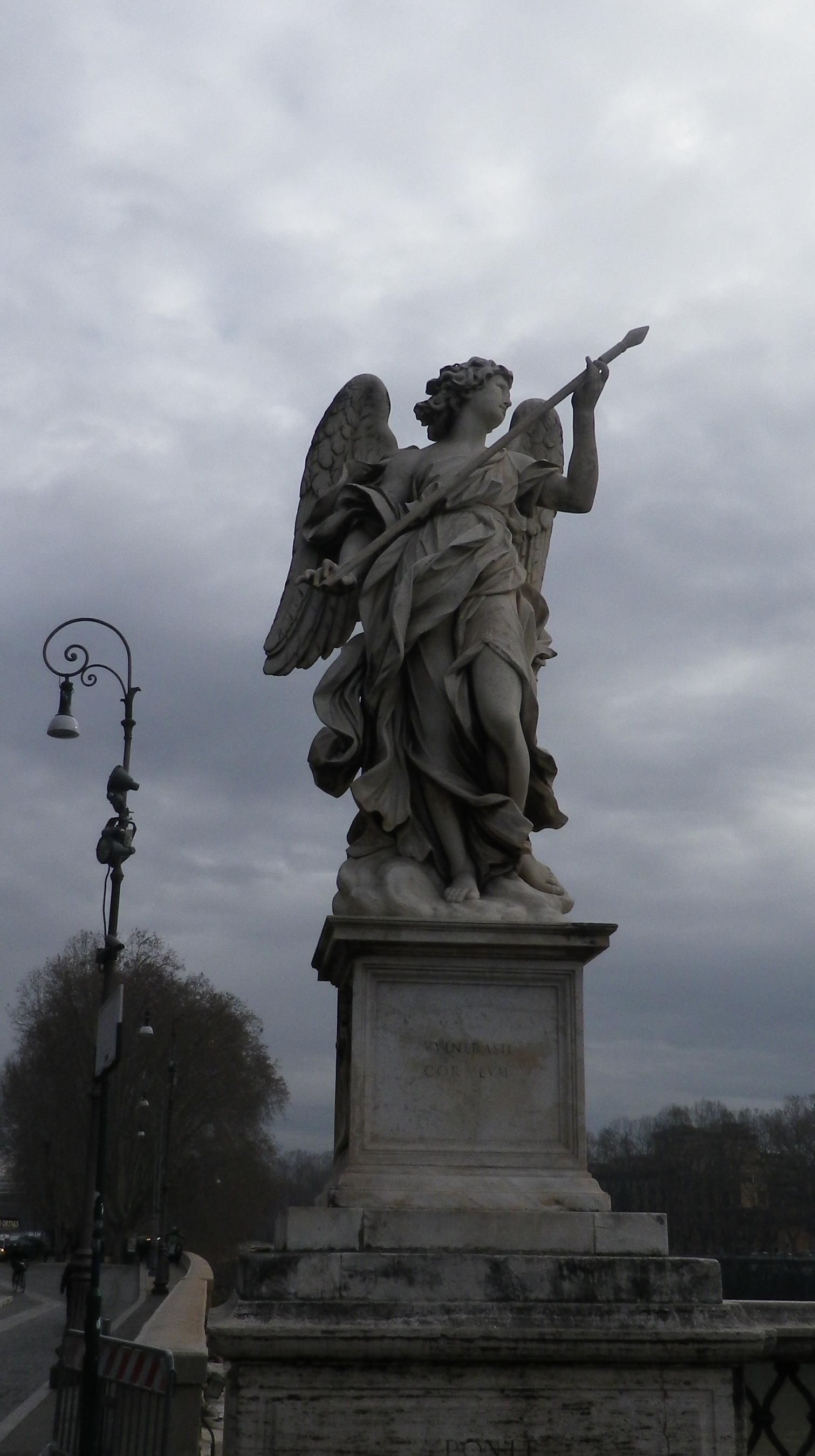 """Ángel con la Lanza (Domenico Guides, inscripción """"Vulnerasti cor meum"""")."""