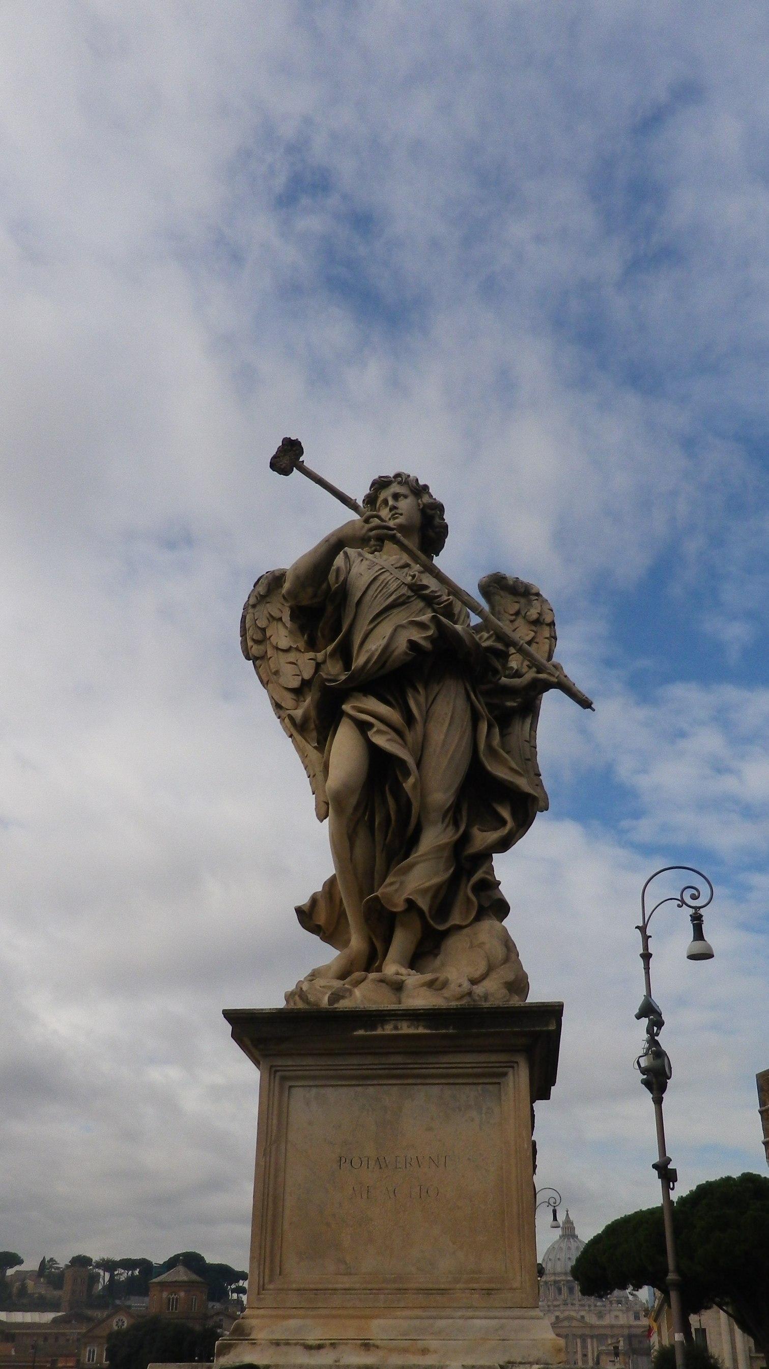 """Ángel con la esponja (Antonio Giorgetti, inscripción """"Potaverunt me aceto"""")."""