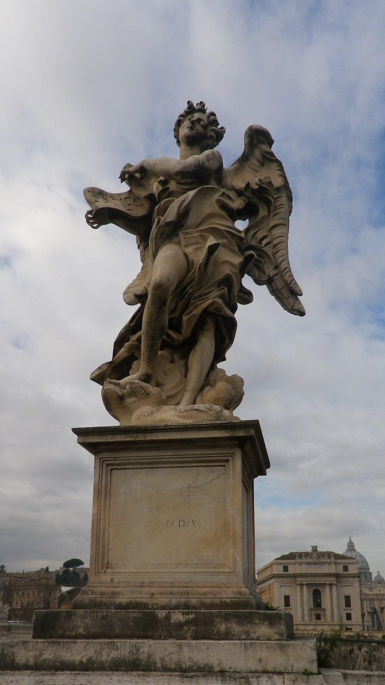 """Ángel con la inscripción (Copia de Giulio Cartari (inscripción """"Regnavit a ligno deus"""")."""