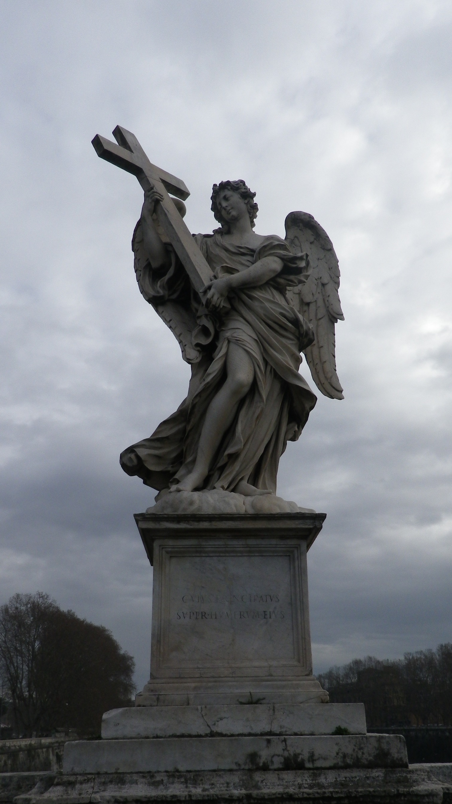 """Ángel con la cruz (Ercole Ferrata, inscripción """"Cuius principatus super humerum eius"""")."""