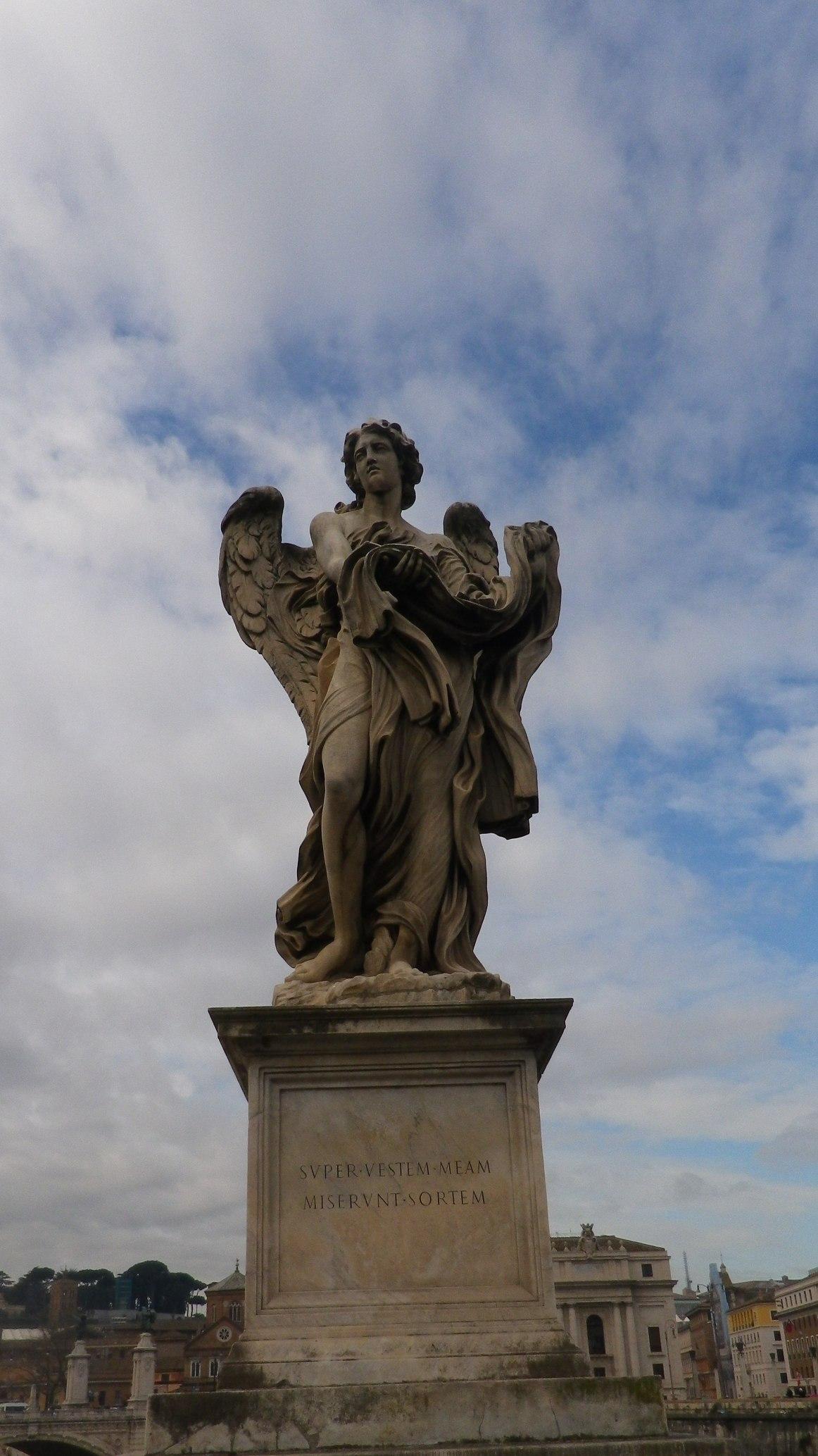"""Ángel con el sudario y los dados (Pablo Naldini, inscripción """"super vestimentum meum miserunt sortem"""")."""