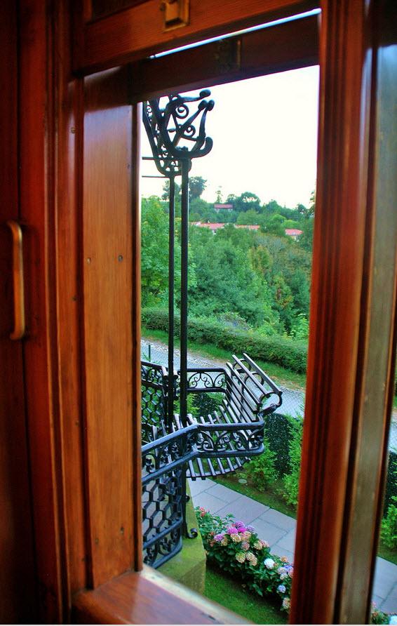 Interior (11). Algunos otros elementos resultan curiosos para la época, como las ventanas de guillotina, o los balcones-tribunas, atractivos por sus pérgolas de hierro forjado y sus bancos-barandillas.