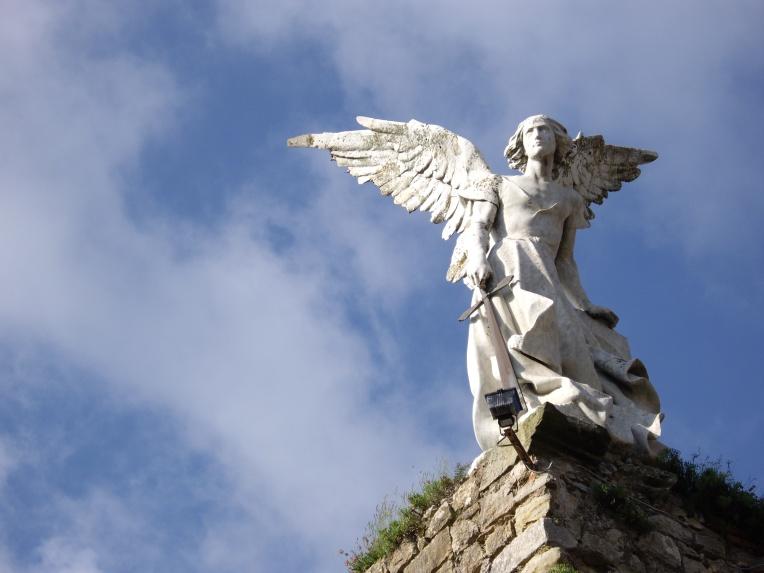 Ángel Guardián, escultura de Josep Llimona. Estilo modernista, hacia 1894-1895. Se alza sobre las ruinas de una antigua iglesia gótica en el cementerio de Comillas.