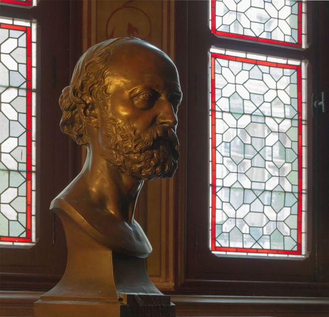 1063px-Eugène_Viollet-le-Duc_buste_Hiolle_Château_de_Pierrefonds_Oise