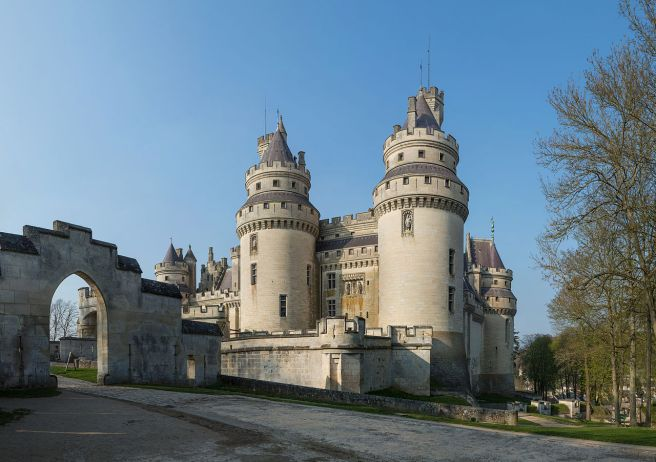 1280px-Chateau_de_Pierrefonds,_France_-_April_2012