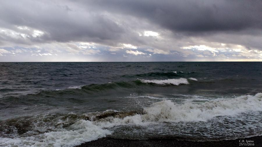 Esta mañana el Mar se anunciaba de color de lluvia, rolar a levante lo verdeó como queriendo extinguir el día y, con él, extinguir los males… hoy salpicaba verdades y muchísima belleza. En un respirar hondo me guardé un poco de su pureza y me limpié de vanos pensamientos; comencé así a navegar caminando su rebalaje… y todo se hizo música. C.R. Ipiéns.